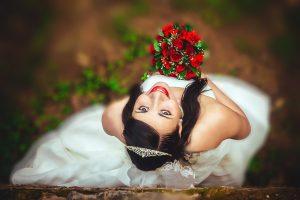noiva com buque de casamento vermelho