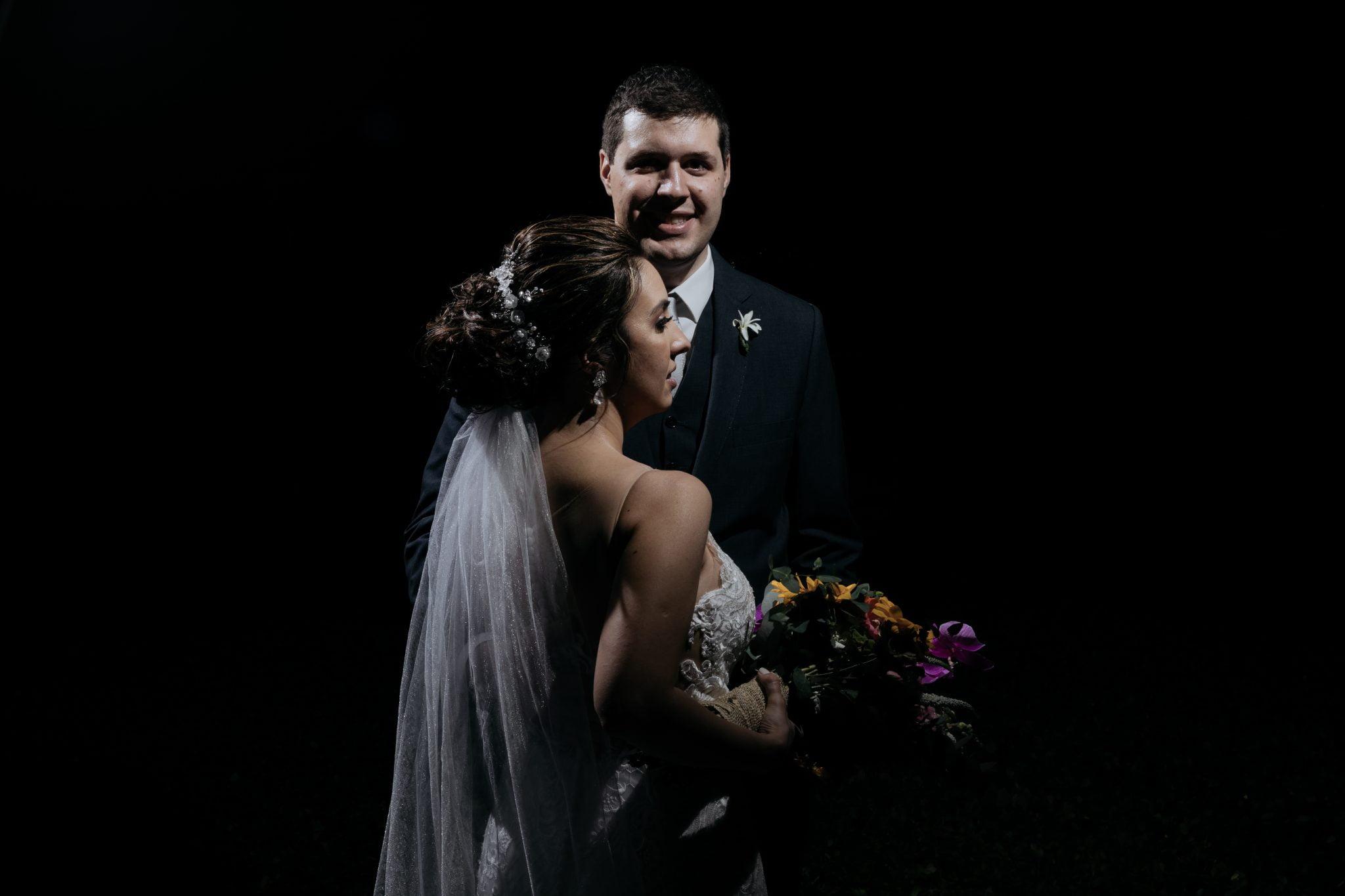 Véu de casamento com noiva e noivo