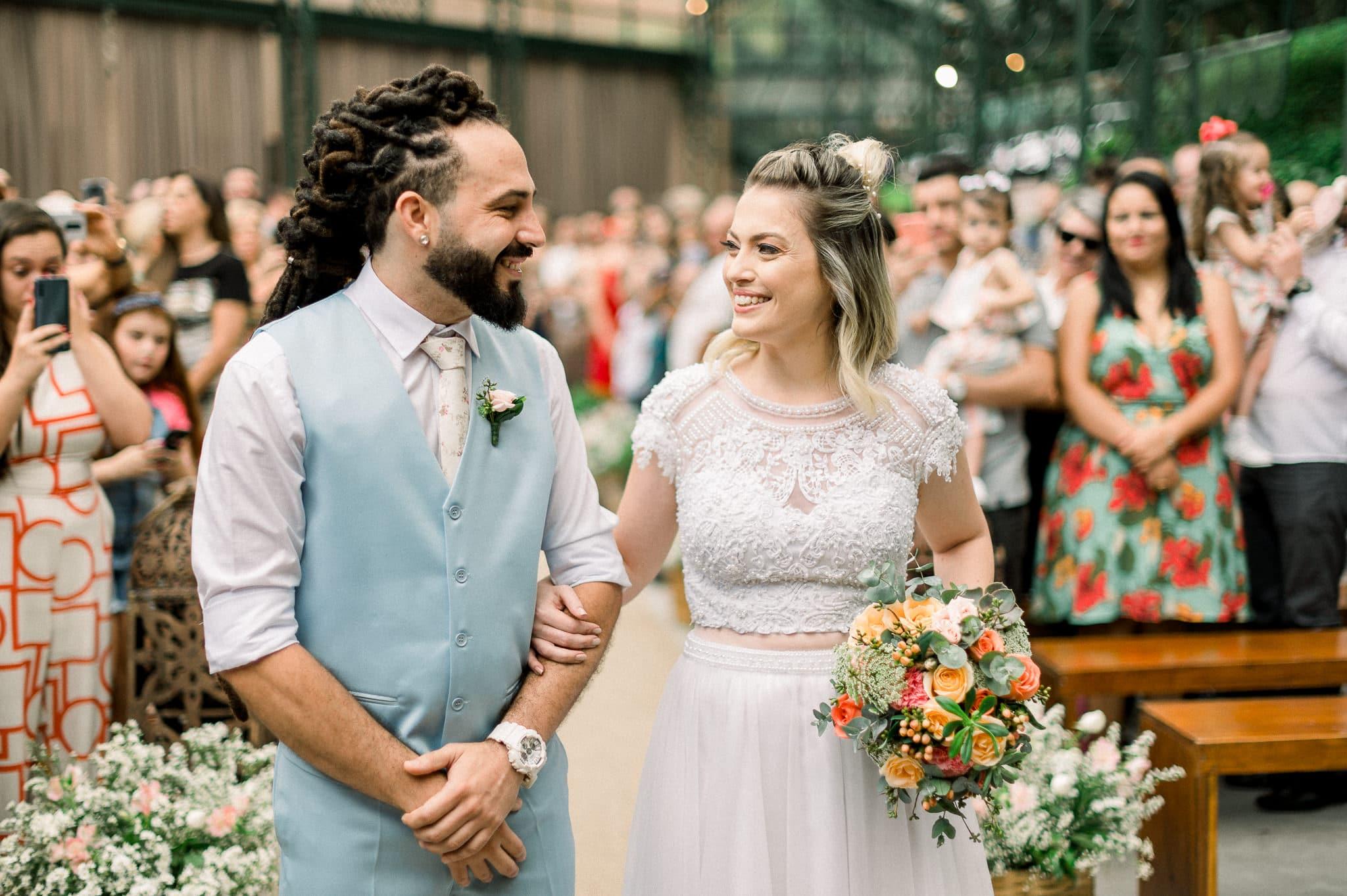 cerimonia de casamento, noivos se olhando, geração Z e geração millenials