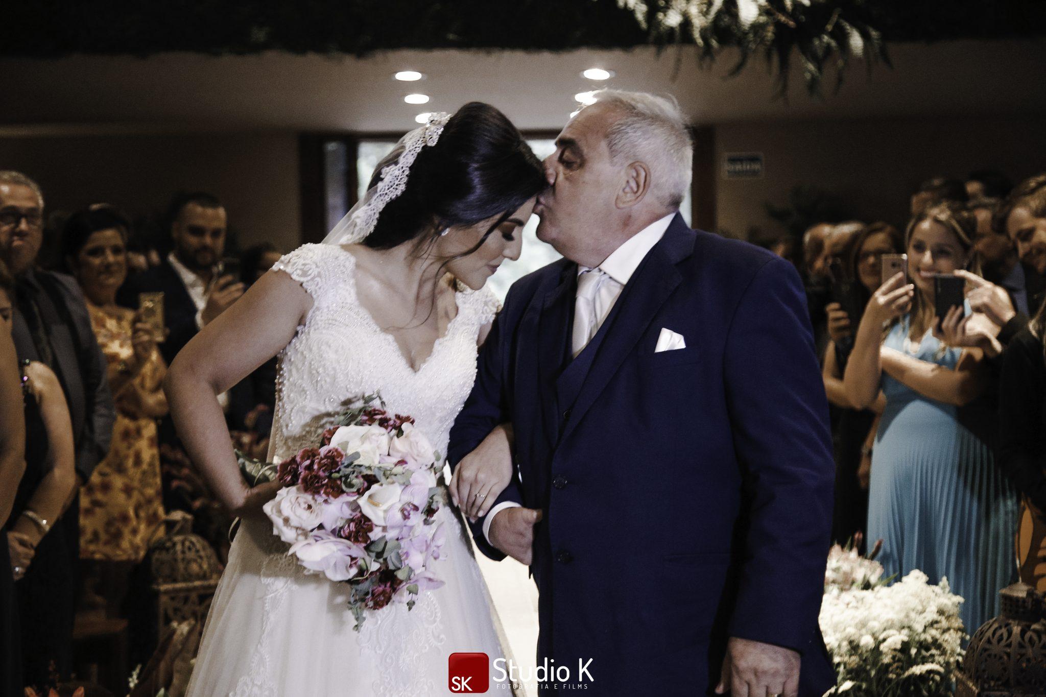 pai da noiva beijando sua testa, casamento geração Z e geração Millenials