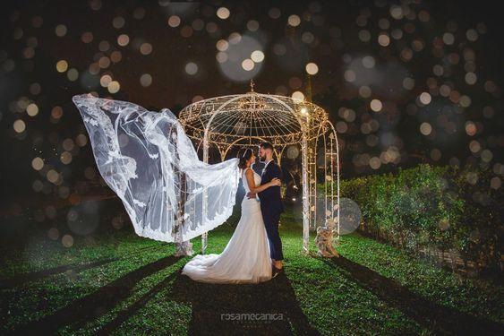 noivos com decoração e gazebo no casamento com chuva no inverno